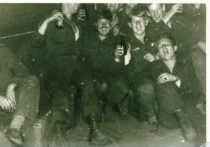 67-1 Hans Peter Kalis Oefening in Seedorf Hans Peter tussen de mortieristen