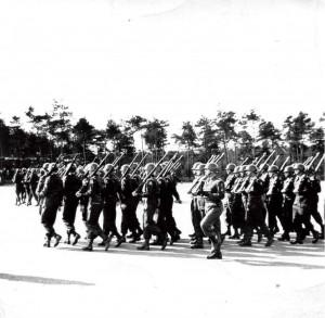 61-3 Tom Giphart Exersitie met Sgt.Maj. Seeuwen JJ