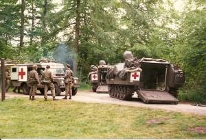 Grenadiers gewonden overladen van YPR naar LARO 1988
